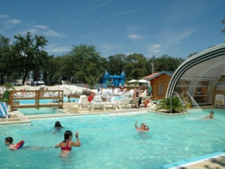 Location camping domaine des charmilles louer un camping for Camping poitou charente piscine