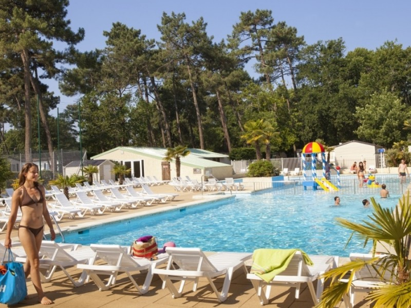 Location camping la pin de louer un camping en charente for Camping poitou charente piscine